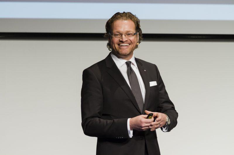 Dirk Zupancic auf Bühne bei Vortrag zu Konjunkturprognose